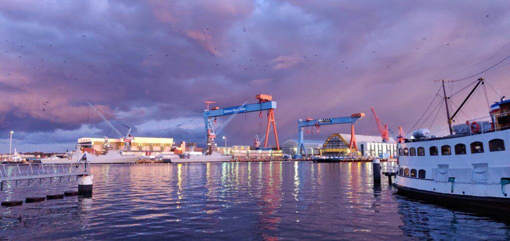 Kieler Werft im Abendlicht